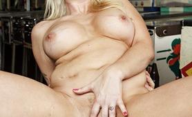 Alana Evans e una bionda dalle tette grandi