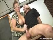 Professoressa milf tettona sega il cazzo di un studente