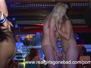 Troie perverse si spogliano in discoteca
