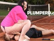 Baldracca grassa e feticista fottuta sul campo da tennis