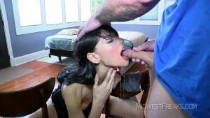 Sesso intenso con penetrazioni anali, gola profonda e pisciate sul cazzo