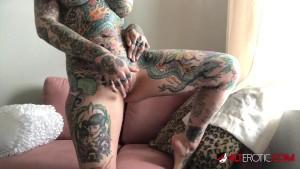 Mignotta tatuata con le tette grosse si masturba sul webcam