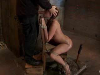 BDSM con ninfomane bionda masturbata hard