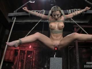 Masturbazione bondage con una troia bionda dalle tette grosse