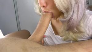 Bionda succhiatrice fa dei pompini sontuosi di gola profonda