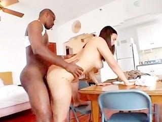 Interrazziale con una brunetta con il culo grande