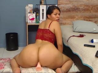 Puttana latina cavalca un dildo con il suo culo grande