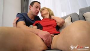 Donna bionda matura si fa leccare la figa da un giovane