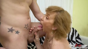 Baldracca matura concede la figa e viene fottuta da un giovane perverso