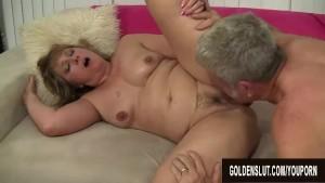 Bagascia matura dalle tette grosse concede la vagina rovente