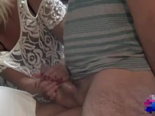 Milf bionda succhia due cazzi grossi e assaggia la sborra