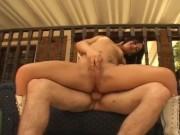 Sesso anale all'aperto con una transessuale inculata da un bisessuale